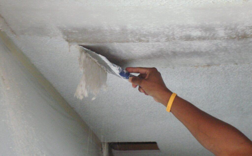 Процесс очищения старого потолка