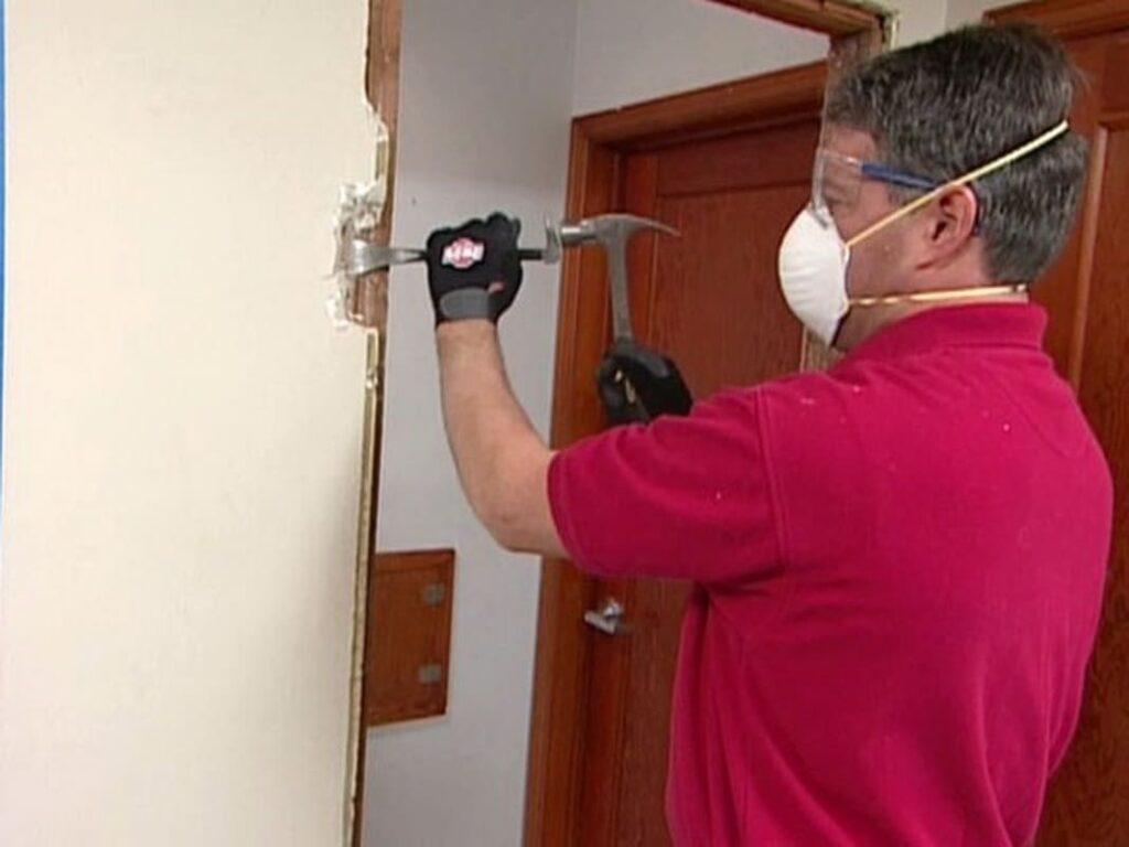 Демонтажные работы с дверью