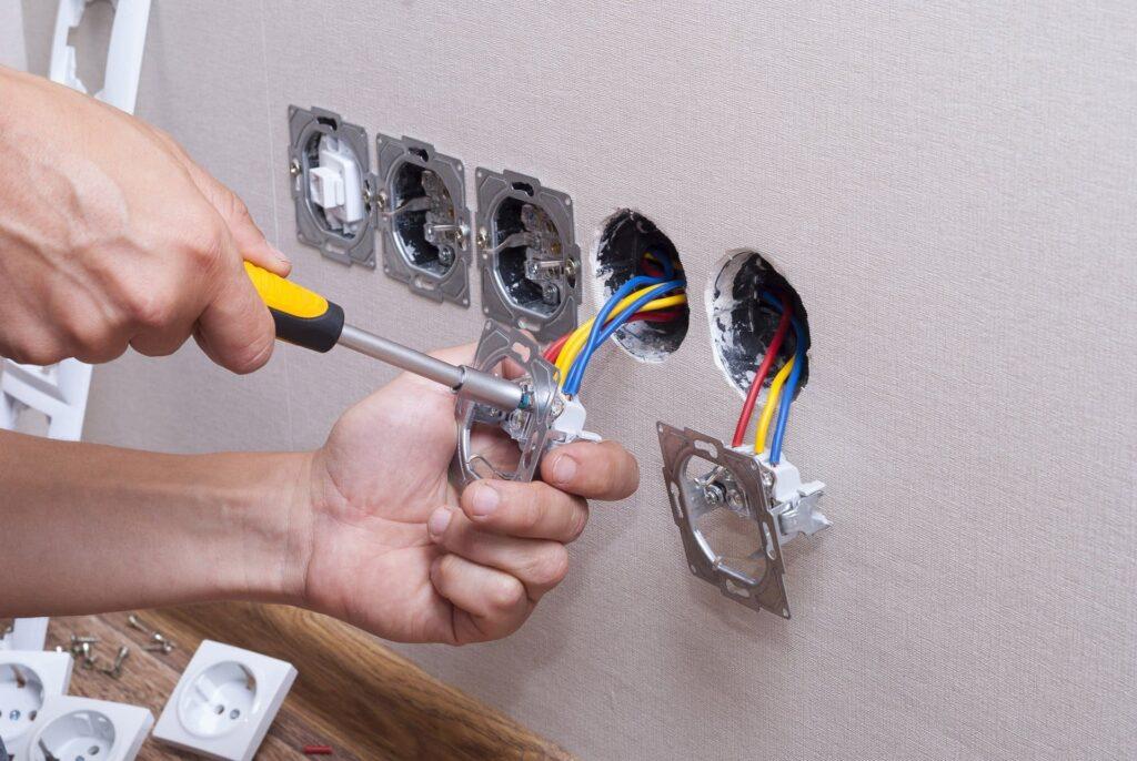 Замена элементов электропроводки в квартире.